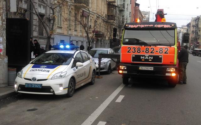 В Киеве приступили к эвакуации неправильно припаркованных автомобилей