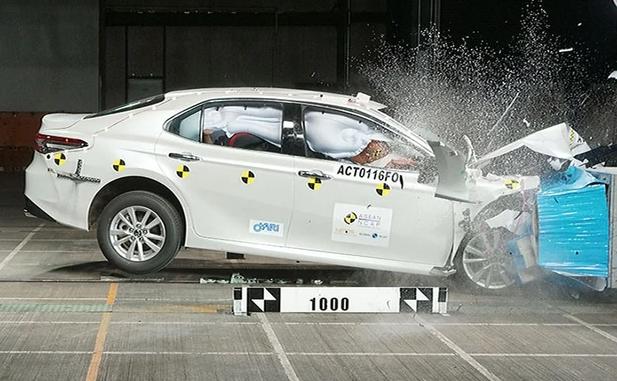 Первые краш-тесты новенькой Toyota Camry прошли на «пятерочку»