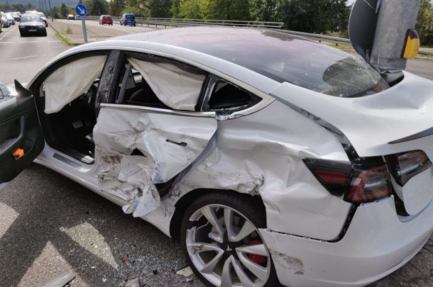 Владелец Tesla поблагодарил Илона Маска за то, что выжил в ДТП