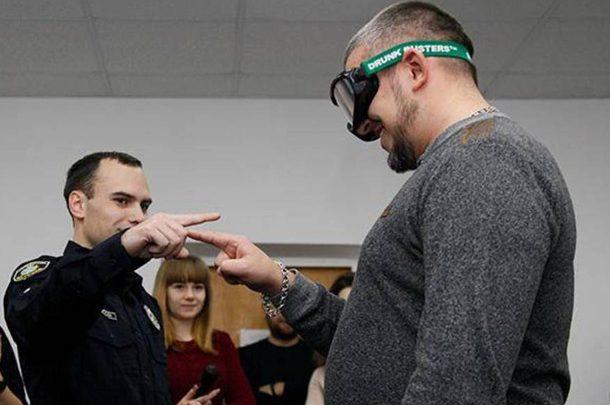 Почувствуй себя пьяным: Полицейские надевали водителям специальные очки Drunk Busters