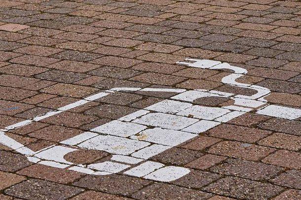 Зеленые номера и парковка: В Украине вступил в силу закон об электрокарах