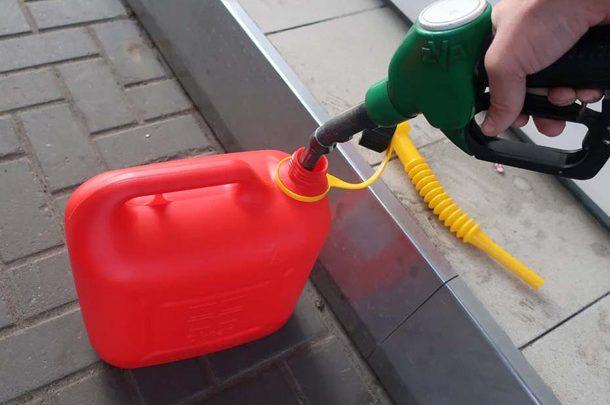Украинцам разрешили покупать на АЗС топливо в свою тару