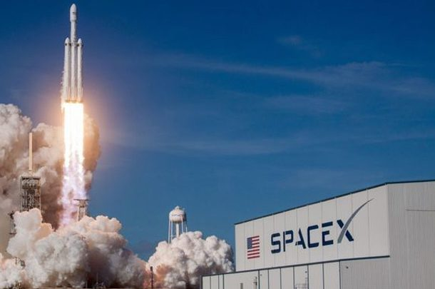 В компании SpaceX рассказали, когда отправят в космос первых туристов